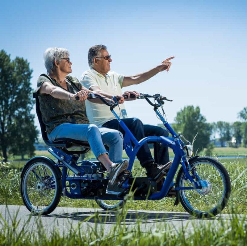 Duofiets toogether van Lintech. Man en vrouw die samen fietsen in de natuur.